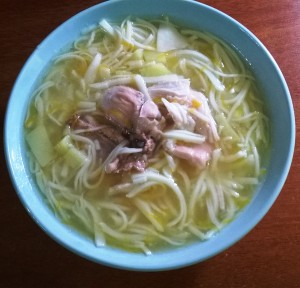 Суп из домашней лапши на курином бульоне. Мама делает вручную лапшу
