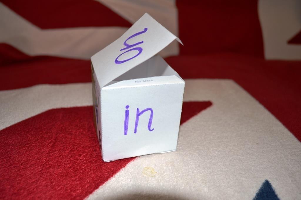 Можно использовать кубик из бумаги. С ним легко запоминаются предлоги в игре